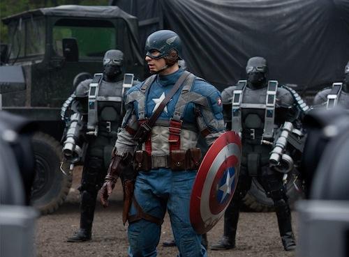 Amerika kapitányt körbeveszik