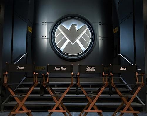 Székek az Avengers forgatásán Hulknak, Kapitánynak és a többieknek