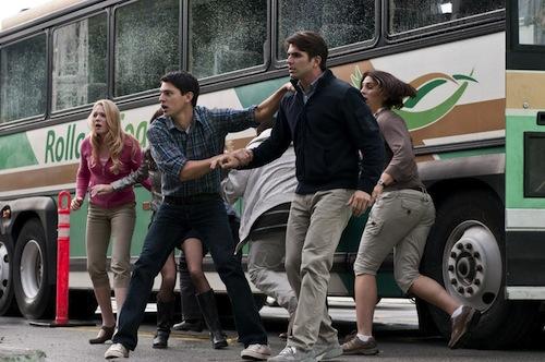 A Final Destination 5 főszereplői egy busz mellett