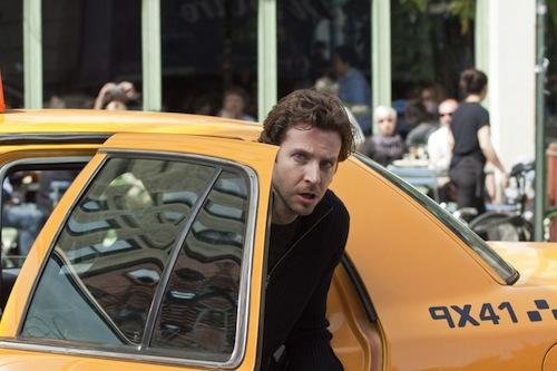 Bradley most egy taxiból száll ki a limitlessben