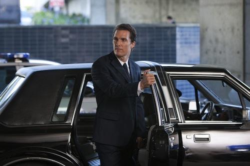 Maga a Lincoln Lawyer személyesen a kocsinál