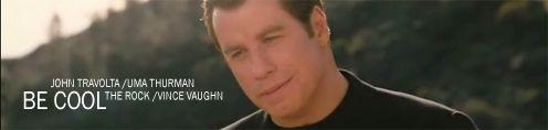 Travolta mosolyog miközben a fűrdőruhás Umát nézi