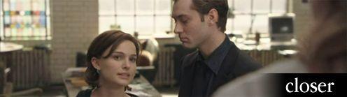 Jude Law lenez Nataliere es meg Julia Roberts feher ingben levo hata is latszik jobboldalt
