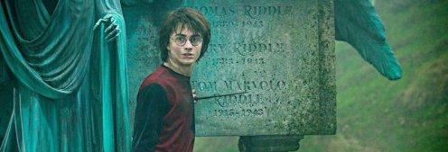 Harry Potter egy sírkő mellett