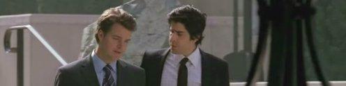 a két főszereplő öltönyben beszélget
