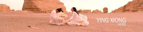A sivatag közepén egy térdelő leszúrt férfi mellett szenvedő nő