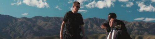 egy kép a filmből amin még ethan hawke is rajta lehet a puszta közepén afrikában