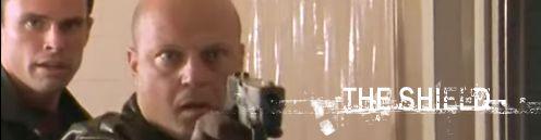 A sorozat főszereplője pisztollyal