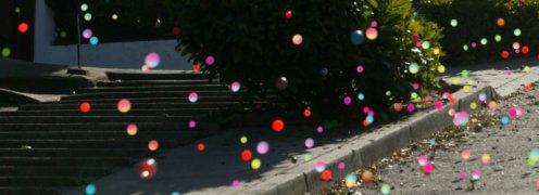 Színes kis labdák pattognak az utcán