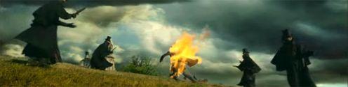 a képen egy égő ember található 4 testőre kiséretében