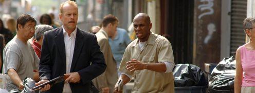 Bruce puskával Mos Def meg rémülten az utcán