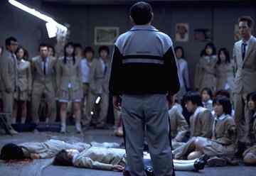 Kitano és a diákok. A földön meg egy hulla