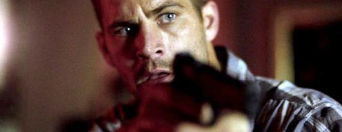 A főszereplő, Paul Walker, pisztollyal