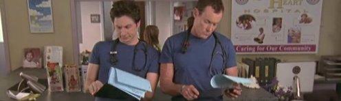 J.D. és Dr. Cox ugyanolyan ruhában a pultnál áll