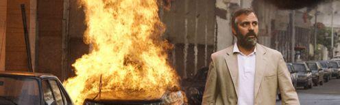 Clooney egy felrobbant de még égő autó mellett