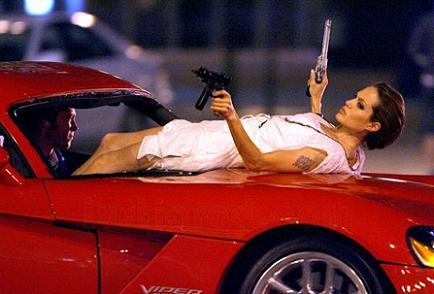 Wanted - Angelina Jolie egy kocsin fekszik