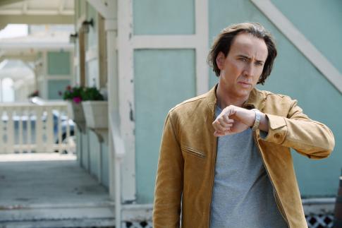 Next - Nicolas Cage megnézi az óráját