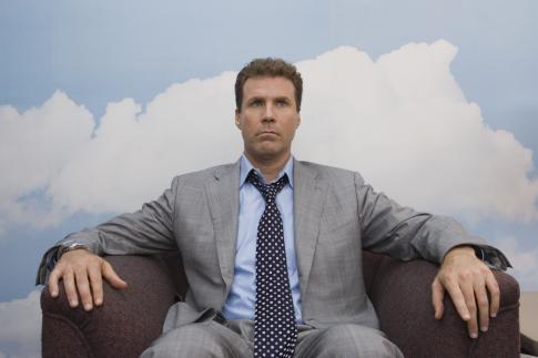 Felforgatókönyv - Stranger Than Fiction - Will Ferrell ül egy fotelban, a tapéta meg felhős