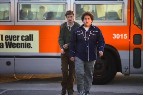Superbad: a két főszereplő sétál el a busztól