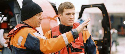 Kevin Costner és Ashton Kutcher vízimentő felszerelésben