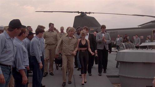 Úszó erőd (Under Siege) - Erika Eleniak megérkezik a hajóra