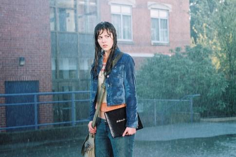 Lány sétál az esőben a Végső állomás 3. részében
