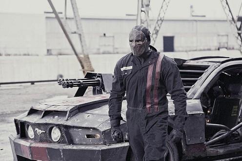 Statham bá a kocsija mellett a Death Race-ben