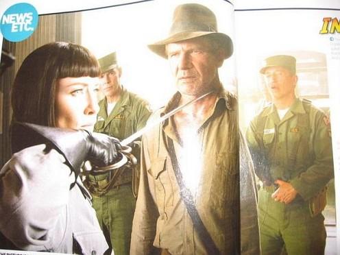 Indy 4 kép, amine Cate épp kardot tart Ford torkához
