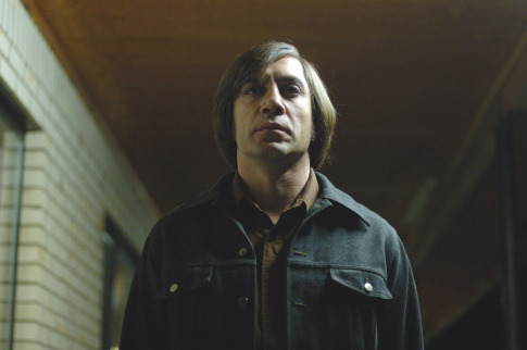 No Country For Old Men - Javier Bardem néz