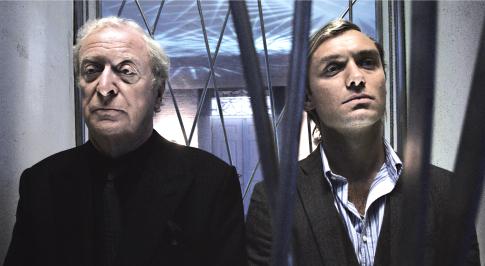 Mesterdetektív - Sleuth (2007) - Michael Cain és Jude Law a felvonóban