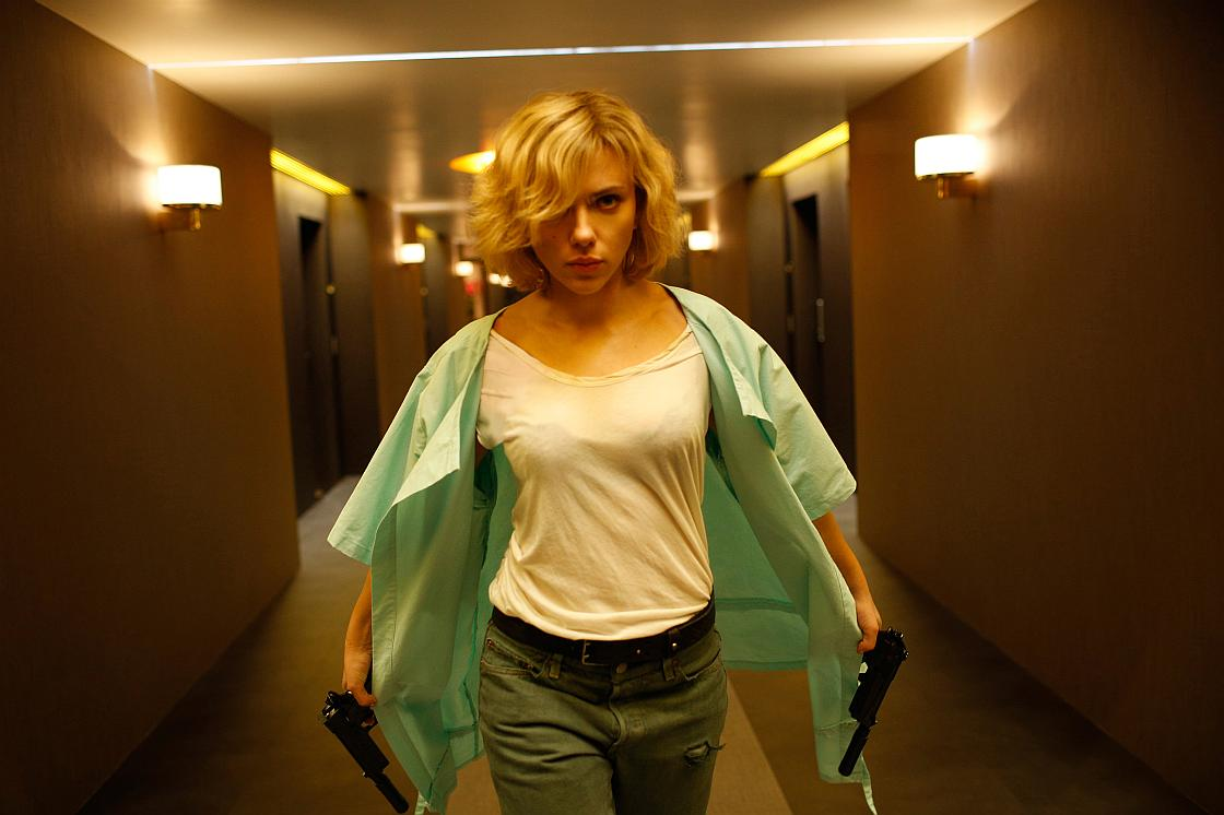 Scarlett Johannson két stukkerral a Lucyban