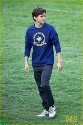 tom-holland-wears-school-sweatshirt-on-spider-man-homecoming-set-17-685x1024