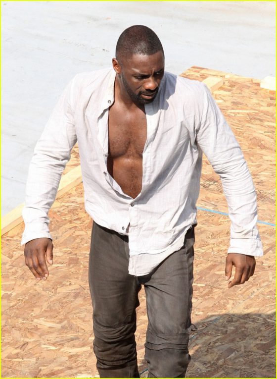 idris-elba-unbuttons-his-shirt-on-the-dark-tower-set-02